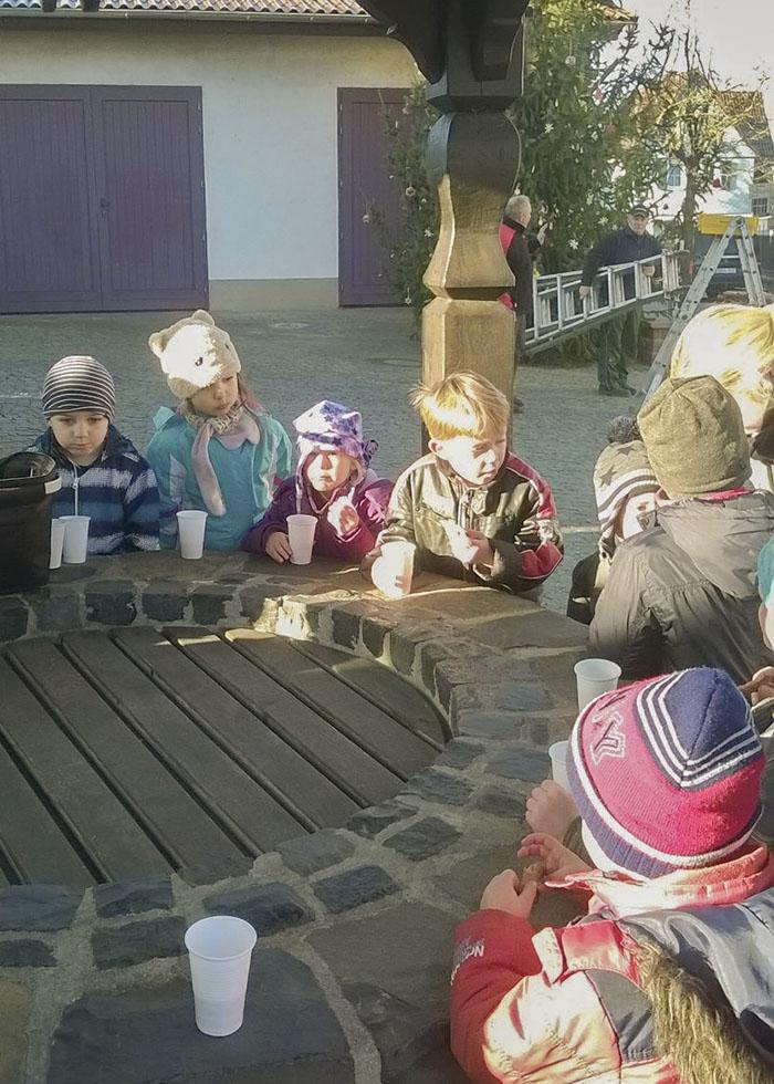 Zur Stärkung gab es für die Kinder Spekulatius, heißen Tee und heißen Orangensaft.