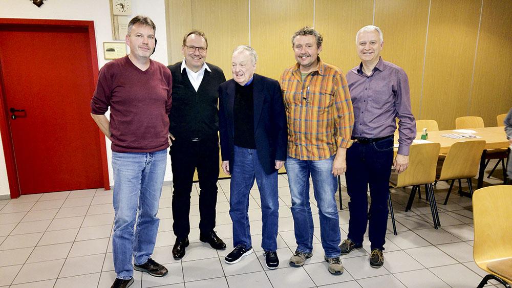 August Güth umrahmt von HUGO Vorstandsmitgliedern.