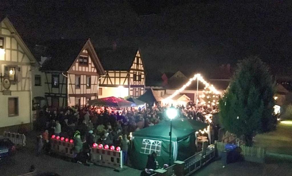 Der ganze Dorfplatz war voller Gäste.