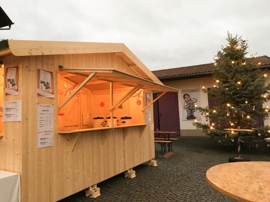 Die Hütte macht sich ganz gut auf unserem Dorfplatz.